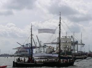 Anna-Lisa mit Protestbanner beim Hafengeburtstag